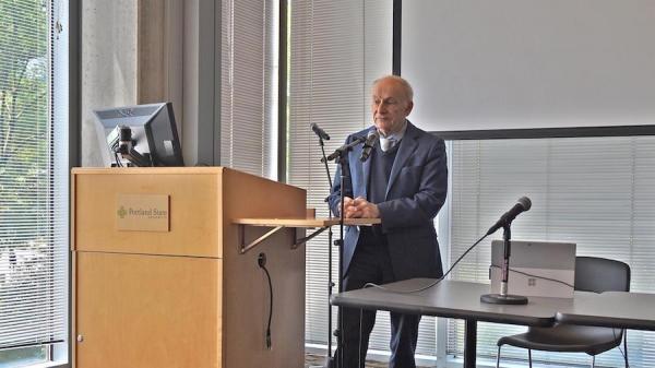 L'avocat canadien des droits humains David Matas s'exprime à l'Université d'État de Portland après la projection de « Human Harvest », un documentaire de 2014 qui expose les abus de l'État chinois en matière de transplantation d'organes. (Image : Vision Times)