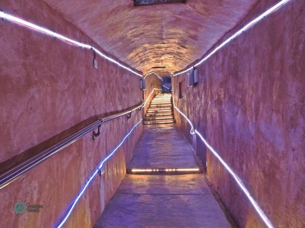 Le tunnel de prière est décoré de lumières LED pour le rendre plus chaleureux. (Image : Julia Fu / Vision Times)
