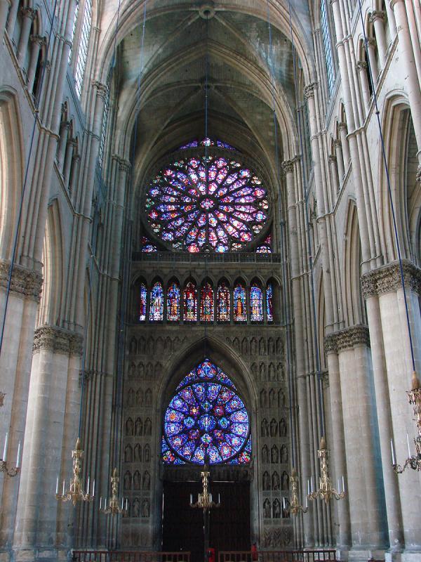 Ces superbes roses de vitrail invitent spontanément le visiteur à la contemplation. (Image : wikimedia / Vassil / Domaine public)