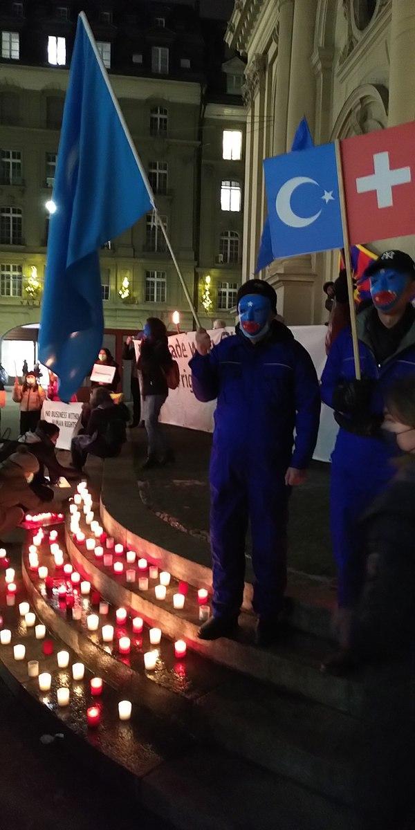 Berne (Suisse) : des réfugiés de la région autonome ouïghoure du Xinjiang protestent contre les violations des droits de l'homme commises par le gouvernement chinois. (Image :wikimedia / Hadi / CC0)