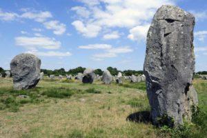 Précieux témoins d'une époque oubliée, ces grands menhirs gardent le silence sur leur origine mystérieuse. – (Image: Alignements de Carnac_© Didier Plowy - CMN_2.jpg – photo de presse – 2021)