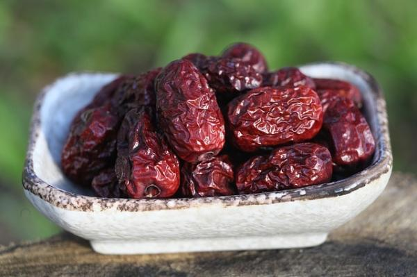 Les dattes rouges sont toniques et bénéfiques à la santé. Elles peuvent être mélangées à d'autres plantes. (Image :SW Yang/Pixabay)