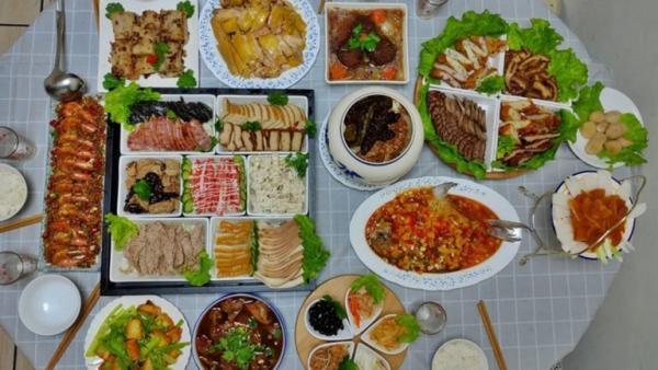 Les plats pour un dîner de réunion de famille du Nouvel An dans la ville de Taoyuan, dans le nord de Taiwan (Image: Julia Fu / Vision Times)