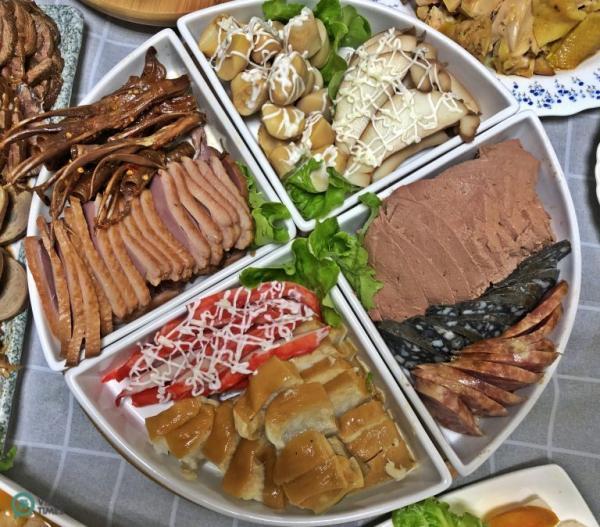 Les plats pour un dîner de retrouvailles du Nouvel An dans la ville de Taoyuan, au nord de Taiwan. (Image: Billy Shyu / Vision Times)