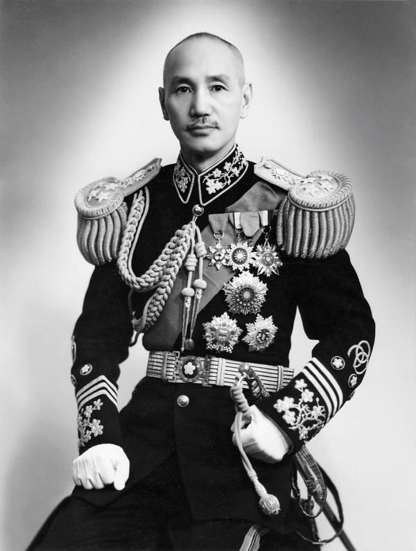 Chiang Kai-shek, l'un des représentants du Kuomintang. Plusieurs millions de troupes régulières du Kuomintang ont supporté le fardeau du champ de bataille frontal et plus de 100 généraux de haut rang sont morts, alors que l'armée du PCC a seulement renforcé ses forces sur le front arrière. (Image : wikimedia / Domaine public / CC0 1.0)