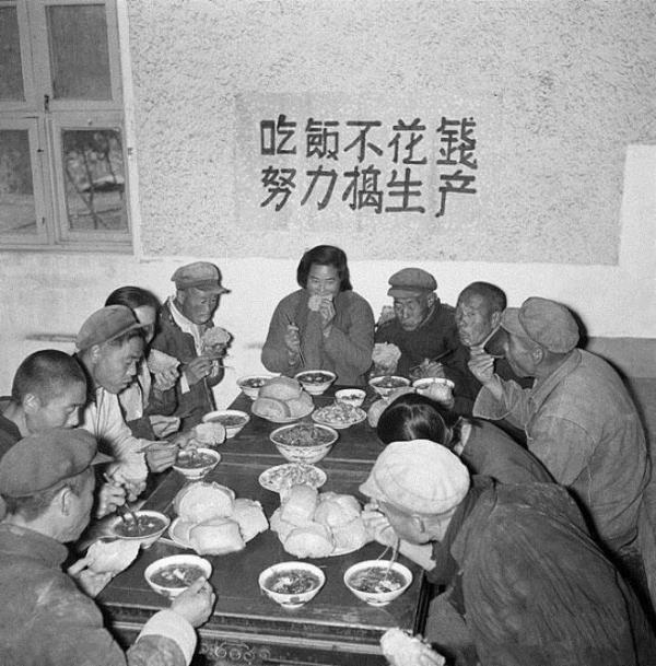 nds pots de riz, ce qui a entraîné la dévastation des champs et des jardins. Sur le mur de cette cantine il est précisé: «Mangez gratuitement, travaillez dur». (Image : wikimedia / Domaine public)