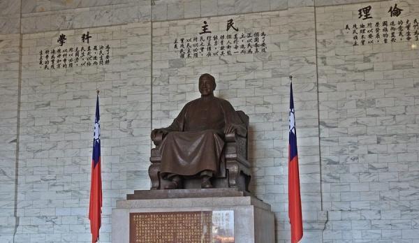 La grande statue de Chiang Kai-shek est située dans le hall principal de la salle commémorative. (Image : Billy Shyu / Vision Times)