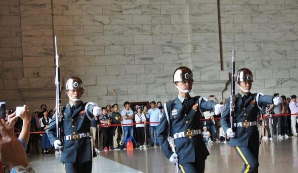 Une cérémonie consacrée à la relève de la garde a lieu dans le hall principal du Mémorial de Chiang Kai-shek. (Image : Billy Shyu / Vision Times)