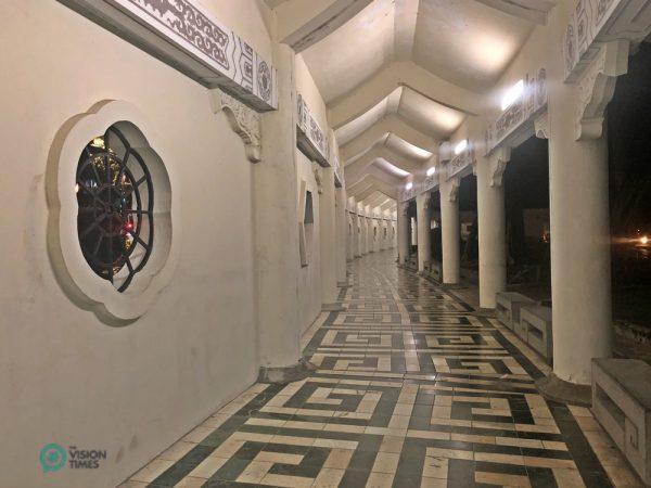 Le couloir le long du parc commémoratif de Chiang Kai-Shek compte 390 fenêtres à croisillons de style chinois présentant 26 motifs différents. (Image : Julia Fu / Vision Times)