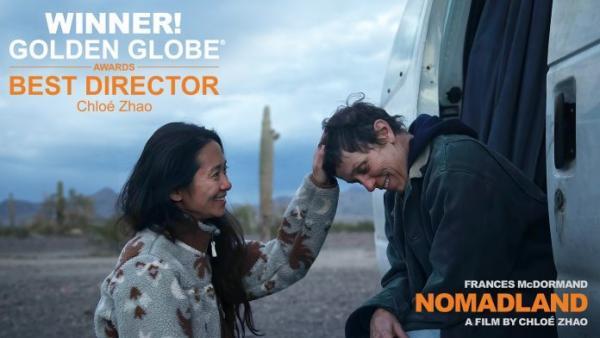 La réalisatrice Chloé Zhao et l'actrice Frances McDormand sur le tournage de «Nomadland». (Image : avec l'aimable autorisation de Searchlight Pictures)