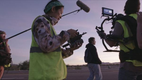 La réalisatrice Chloé Zhao sur le tournage de Nomadland. (Image : avec l'aimable autorisation de Searchlight Pictures)