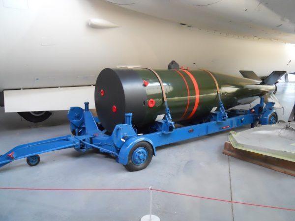 Cette mallette aperçue au Musée de la Guerre froide le mercredi 11 mai aurait été l'une des nombreuses armes nucléaires utilisées si la Guerre froide avait dégénéré en troisième guerre mondiale «WE177 Nuclear Weapon». (Image : WE177 Nuclear Weapon / Flickr)