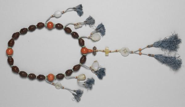 Bracelet composé de 18 noyaux d'olive sculptés. (Image : Musée Nationale du Palais deTaïwan / @CC BY 4.0)