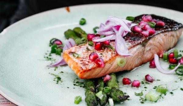 Le saumon est un aliment très bénéfique pour lutter contre la chute des cheveux et pour favoriser leur croissance.(Image :Micheile Henderson/Unsplash)