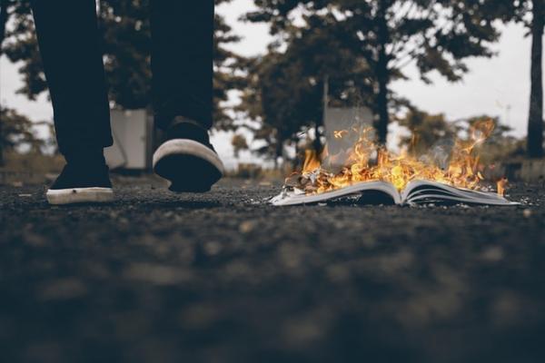 L'Inquisition est une réalité en Chine, brûler des livres est une méthode de censure courante de la part du PCC. (Image :Anuj Chawla/Pixabay)
