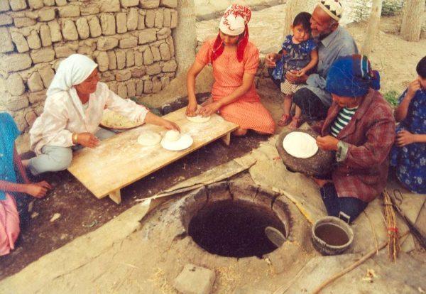 «Femmes ouïghoures faisant du pain nan». La culture et le patrimoine de la minorité ethnique ouïghoure sont systématiquement anéantis par le Parti communiste chinois, ce qui constitue un génocide. (Image :Todenhoff/Flickr /CC BY-SA 2.0)