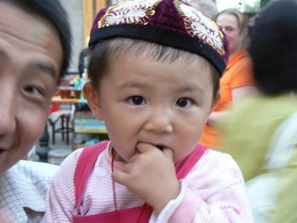 «Enfant ouïghour à Dunhuang (Chine 2006)» Les enfants ouïghours sont séparés de leurs parents pour être élevés avec une éducation et des valeurs communistes, ce qui constitue un génocide. (Image :paularps/Flickr /CC BY 2.0)