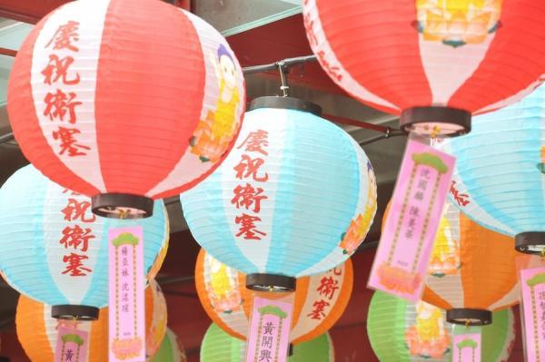 Les énigmes des lanternes constituent une grande partie du festival où vous pouvez tester votre capacité à résoudre des problèmes. (Image : Sindhu wijaya/Pexels)