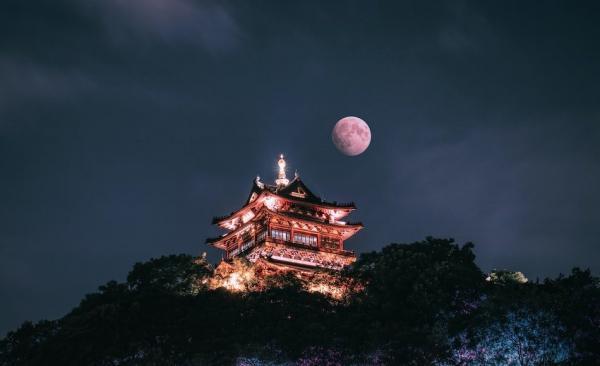 C'est la première pleine lune de l'année, donc le festival inclut l'observation de la lune et la forme circulaire symbolise la réunion avec la famille. (Image :unsplash.com/ @toyamakanna)