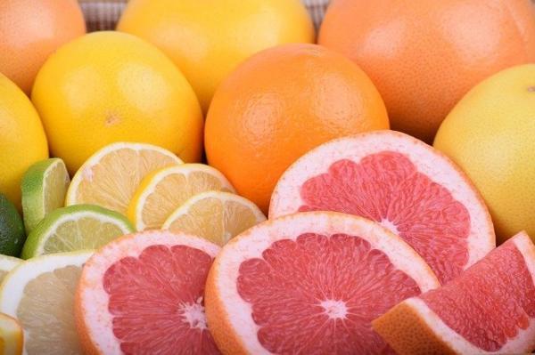 Cette fois, avant même qu'il ne dise un mot, le propriétaire de l'étal a pris quelques oranges et les lui a données. (Image :ExplorerBob/Pixabay)