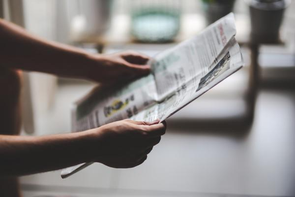 Le propriétaire de l'étal a rapidement relu le journal. (Image :Kaboompics .com/Pexels)