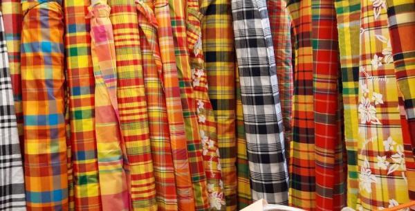 Reconnaissable par ses rayures et ses couleurs vives, sa texture fine et légère, le tissu madras est considéré comme l'emblème de la culture créole. (Image : Marlène Deloumeaux / VisionTimes)