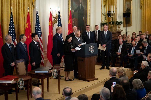 Le président Donald Trump assistant à l'allocution du vice-premier ministre chinois Liu Il, avant la cérémonie de signature de l'accord commercial de «phase 1», entre les États-Unis et la Chine, le mercredi 15 janvier 2020, dans la salle Est de la Maison Blanche. (Image : Tia Dufour /The White House/Flickr /CC PDM 1.0)