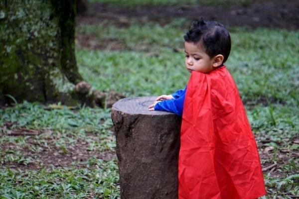 L'enfant qui se fait passer pour un super-héros peut jouer et atteindre des objectifs, comme aider les autres et effectuer des sauvetages audacieux. (Image :Gabriel Porras/Unsplash)