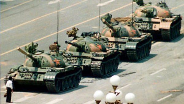 Le massacre de la place Tiananmen. L'armée chinoise massacre avec des chars et des fusils d'assaut les manifestants qui tentent de bloquer l'avancée des militaires sur la place Tiananmen. Les manifestations ont débuté le 15 avril et ont pris fin le 4 juin, avec une vague de répression sanglante assortie d'un décret instaurant la loi martiale, et l'occupation par l'APL (Armée populaire de libération) de certaines zones du centre de Pékin. L'estimation du nombre de morts varie de plusieurs centaines à plusieu