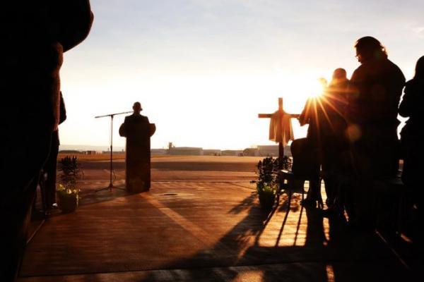 Le major Carl Phillips, aumônier de l'armée américaine, dirige le culte avec un hymne au lever du soleil, pendant le service de Pâques de la garnison, le 1er avril 2018, à Wiesbaden, en Allemagne. Le confinement pendant la période de Pâques a été annulé en Allemagne, avec les excuses de la chancelière Angela Merkel. (Image :U.S. Department of Defense Current Photos/Flickr/ CC PDM 1.0)