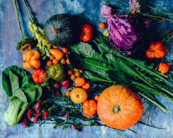 Une bonne alimentation est une base importante pour prévenir les douleurs et l'inflammation dues à l'arthrose. (Image : Ella Olsson/Pexels)