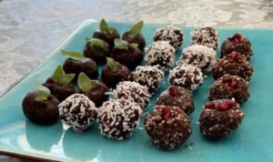 Boulettes protéinées à base de cacao, de noix de coco, de noisettes, de dattes, de fruits de la passion et de noix. (Image : Trisha Haddock / Vision Times)