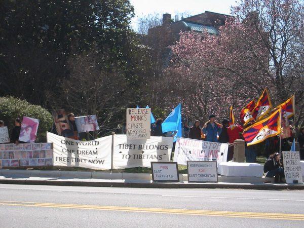 Manifestation pour le droit à l'autodétermination des Tibétains et des Ouïghours, devant l'ambassade de Chine à Washington D.C. en mars 2008. (Image :futureatlas.com/Flickr/ CC BY 2.0)