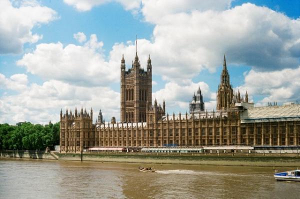 Les nouvelles mesures promulguées par le gouvernement de Boris Johnson exposeront les citoyens à de lourdes amendes s'ils quittent le pays pour des raisons autres que certaines exemptions limitées. (Image : unsplash / Lena Varzar)