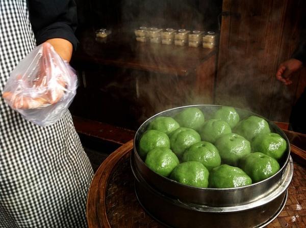Qingming Guei ou Bobo Gue est une spécialité de Fuzhou pour le Festival de Qing Ming. Ce sont des boulettes de riz à base de farine de riz gluant mélangée avec du jus pressé d'une plante sauvage locale. (Image : wu peng / Pixabay)