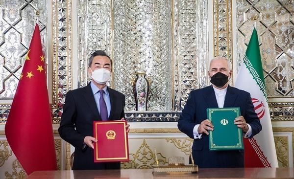Le ministre iranien des Affaires étrangères, Mohammad Javad Zarif (à droite), et son homologue chinois, Wang Yi, posent pour une photo après avoir signé un accord à Téhéran, le 27 mars 2021. (Image : wikimedia / Tasnim News Agency / CC BY 4.0)