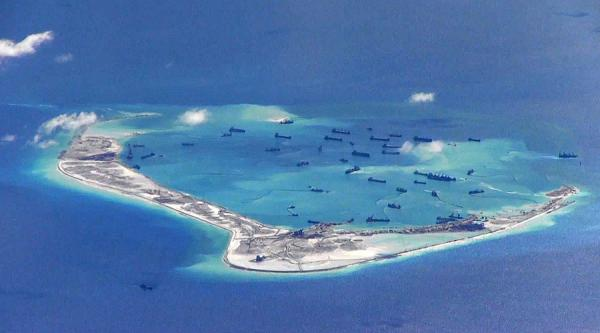 La Chine communiste a construit des îles artificielles en mer de Chine méridionale afin d'asseoir ses revendications de souveraineté dans la région. (Image : wikimedia / United States Navy / Domaine public)