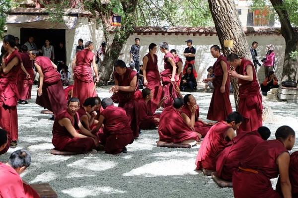 Pendant des années, le Parti communiste chinois a réprimé les moniales et les moines tibétains au nom de la stabilité et du maintien de l'ordre public. (Image : Cholatorn Ratanasuwan / Pixabay)