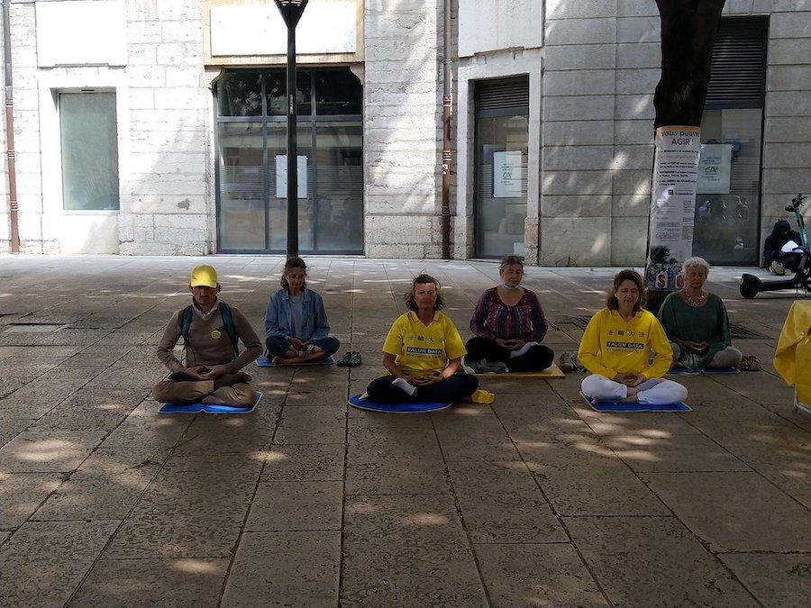 France – Des associations dénoncent les 22 ans de persécution des pratiquants de Falun Gong en Chine