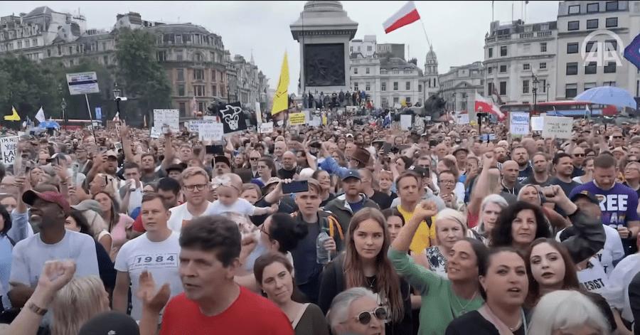 Des manifestations contre le passeport vaccinal, le pass sanitaire et le confinement éclatent en Europe et en Australie