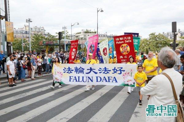 Des pratiquants de Falun Gong défilent dans le quartier chinois de Paris